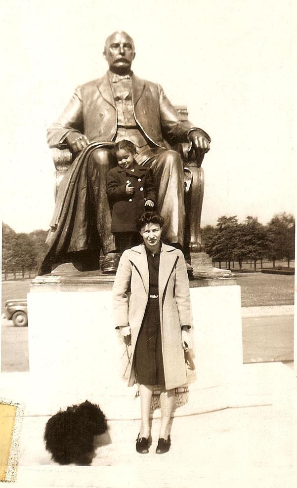 deedee & MV at scott statue